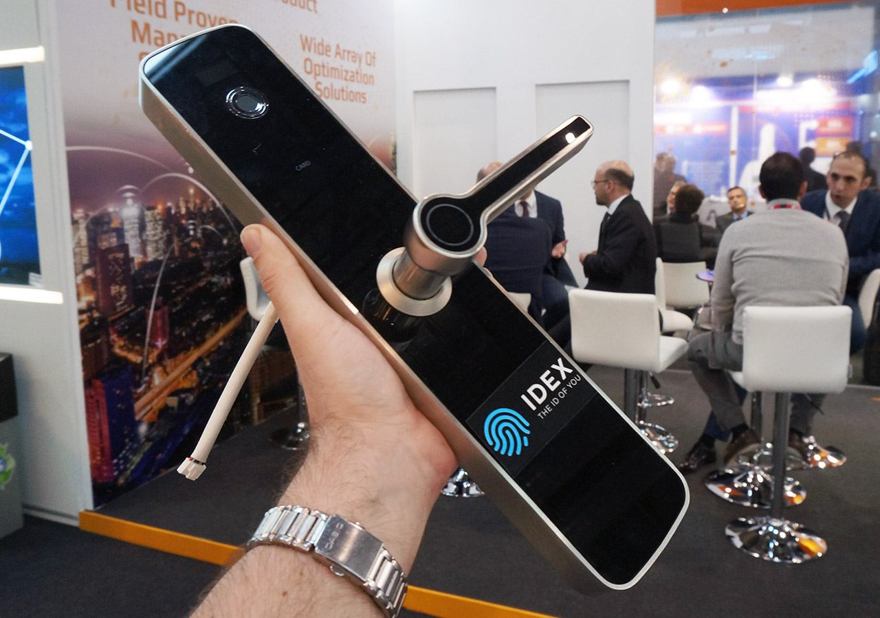 MWC 2017: door lock with fingerprint sensor