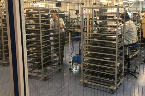 1498155562 626 visite en images dans lune des dernieres usines de pc et tablettes deurope - Visite en images dans l'une des dernières usines de PC et tablettes d'Europe