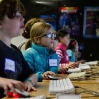 james damore ex google se trompe disent les assos de code pour les filles 200x200 - Google Hangouts se professionnalise en supprimant les SMS